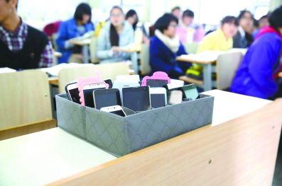 timg - 学生该不该带手机进校园?心理专家:家校配合引导孩子走出手机依赖